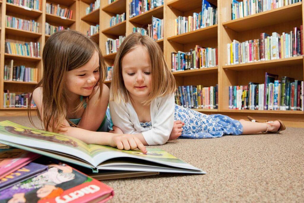 Praktikus tippek elsősöknek: A könyvessarok olvasásra ösztönöz.